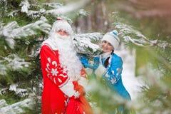 Ded莫罗兹(父亲弗罗斯特)和Snegurochka (雪未婚)与礼物请求 免版税库存照片