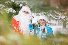 Ded莫罗兹(父亲弗罗斯特)和Snegurochka (雪未婚)与礼物请求 免版税库存图片