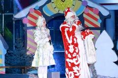 Ded莫罗兹(父亲弗罗斯特)和Snegurochka (雪未婚) 库存图片