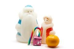 Ded Moroz και Snegurochka με το κιβώτιο δώρων και γλυκά πέρα από το λευκό Στοκ φωτογραφία με δικαίωμα ελεύθερης χρήσης