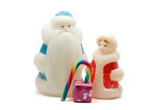 Ded Moroz και Snegurochka με το κιβώτιο δώρων και γλυκά πέρα από το λευκό Στοκ Εικόνες