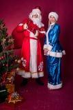 Ded Moroz et Snegurochka avec le sac de cadeaux Photographie stock libre de droits