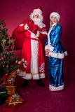 Ded Moroz und Snegurochka mit Geschenktasche Lizenzfreie Stockfotografie