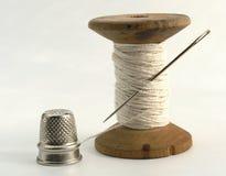 Dedal, aguja y cuerda de rosca Fotografía de archivo libre de regalías
