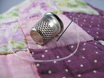 Dedal, agulha e Quilt Imagem de Stock