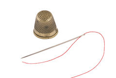 Dedal de cobre amarillo viejo con la aguja y la cuerda de rosca Imagen de archivo libre de regalías