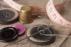 Dedal e agulhas Fotografia de Stock Royalty Free