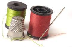 Dedal y aguja de la cuerda de rosca Imagen de archivo libre de regalías