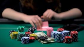 Dedicado à mulher do jogo que verifica sua combinação dos cartões no pôquer, desperdício do dinheiro imagens de stock royalty free