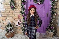 Dedicado a seu estilo Pouco fashionista no Natal Menina pequena elegante Modelo pequeno com olhar da beleza Forma foto de stock royalty free