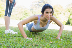 Dedicated woman doing push ups Royalty Free Stock Images