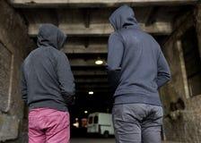 Dedichi gli uomini o i criminali in maglie con cappuccio sulla via immagini stock