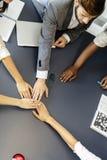 Dedikation och teamwork leder till framgång arkivfoto