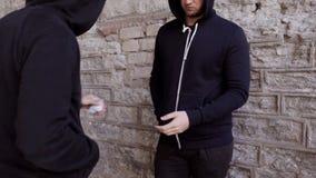 Dedique-se a dose de compra do traficante de drogas na rua 23 vídeos de arquivo
