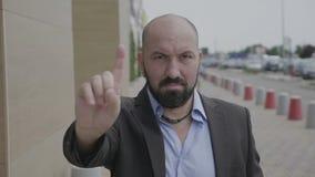 Dedo índice del hombre de negocios que agita que no hace ningún gesto que expresa la negación al aire libre - metrajes