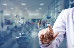 Dedo índice y clave de la exploración del doctor para la base de datos médica de la palmadita imágenes de archivo libres de regalías