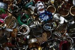 Dedo-anéis usados antiquados empilhados junto foto de stock