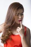 Dedo asiático do toque da mulher em seu bordo Foto de Stock Royalty Free