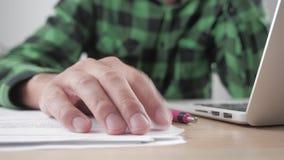 Dedo da mão do homem de negócios que bate na tabela no local de trabalho - esperando algo Esforço no trabalho vídeos de arquivo