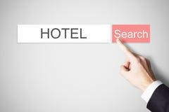 Dedo de Businessmans que pressiona o web browser do hotel do botão da busca imagens de stock