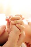 Dedo de la madre del asimiento del bebé Foto de archivo libre de regalías