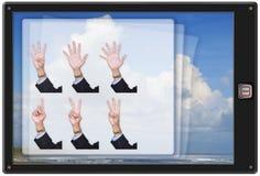Dedo de la tablilla w de la pista que cuenta el app imagen de archivo libre de regalías