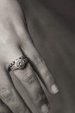 Dedo del anillo de compromiso en la mano de una mujer Imágenes de archivo libres de regalías