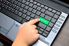 Dedo do chind que empurra o botão do teclado Foto de Stock