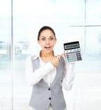 Dedo do ponto da calculadora da mostra da posse da mulher de negócios Imagens de Stock