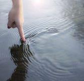 Dedo e água Foto de Stock Royalty Free