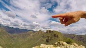 Dedo e mão que indicam o céu e o pináculo vídeos de arquivo