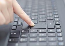 Dedo e teclado Fotografia de Stock