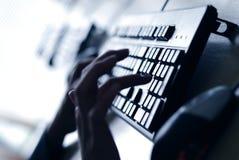 Dedo en el teclado imagen de archivo