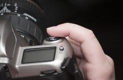 Dedo fêmea na tecla do obturador Fotos de Stock