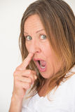 Dedo impertinente da colheita do nariz da mulher Fotografia de Stock