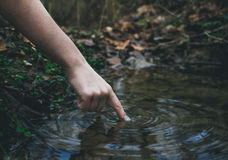 Dedo na água Fotografia de Stock
