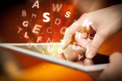 Dedo que aponta no PC da tabuleta, conceito das letras Imagens de Stock Royalty Free