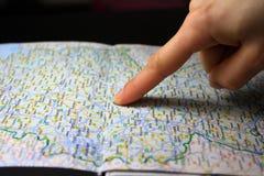 Dedo que aponta o alvo do destino no mapa Imagem de Stock Royalty Free