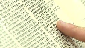 Dedo que dá uma volta sobre uma página de Torah video estoque