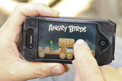 Dedo que swiping no jogo no telefone esperto Imagens de Stock Royalty Free