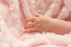 Dedos abiertos del bebé imagen de archivo