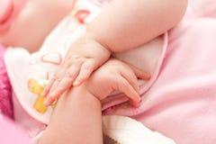Dedos abiertos del bebé fotografía de archivo libre de regalías