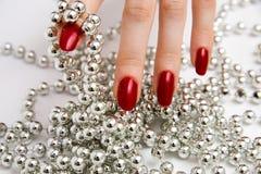 Dedos con los granos de cristal Imagen de archivo