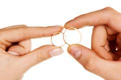 Dedos da mulher do homem que prendem anéis fotografia de stock royalty free