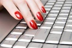 Dedos da mulher no teclado Fotos de Stock