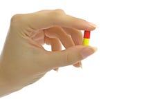 Dedos das mulheres com comprimido Fotos de Stock
