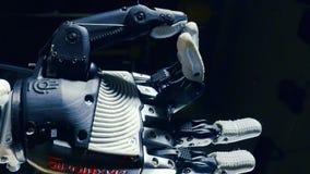 Dedos de dobra do braço biônico moderno Conceito da inteligência artificial vídeos de arquivo