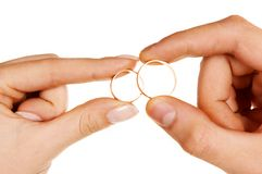 Dedos de la mujer del hombre que llevan a cabo los anillos Fotografía de archivo libre de regalías