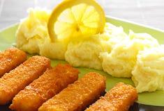 Dedos de peixes deliciosos e batatas trituradas Fotografia de Stock Royalty Free
