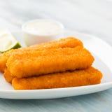 Dedos de peixes e salada de batata Fotografia de Stock Royalty Free
